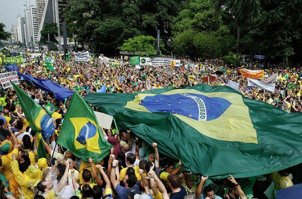 Более миллиона протестующих в Бразилии требуют импичмента президента Дилмы Руссефф. - Sputnik Абхазия