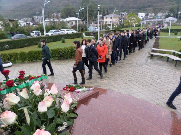 Гагрские школьники на возложения цветов к Мемориалу Славы в Гагре - Sputnik Аҧсны