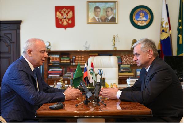 Глава Адыгеи Аслан Тхакушинов встречу с Президентом Абхазии Раулем Хаджимба - Sputnik Абхазия