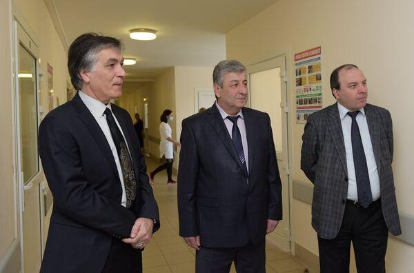 Министр здравоохранения Анзор Гоов и Мухамед Госов в республиканской больнице. Фото с места события. - Sputnik Абхазия