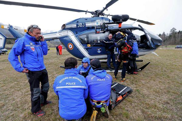 Французская полиция и альпийские спасательные отправляются на место крушения Ан Airbus A320. 24 марта2015. - Sputnik Абхазия