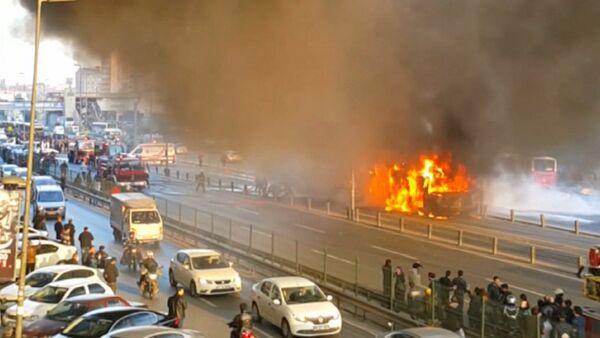 Пожарные тушили охваченный пламенем скоростной автобус в Стамбуле - Sputnik Абхазия