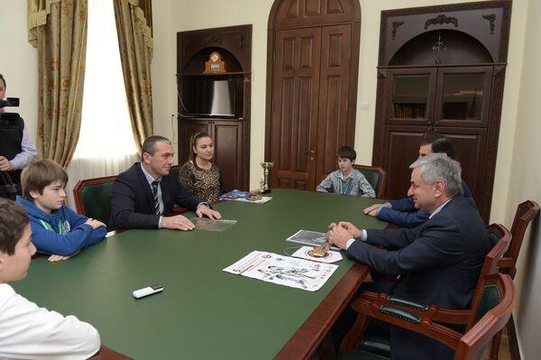Встреча президента Рауля Хаджимба с президентом Федерации каратэ-до Ахрой Абухба. Фото с места события. - Sputnik Абхазия