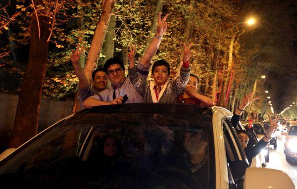 Сотни иранцев вышли на улицы Тегерана в ночь на пятницу, чтобы отпраздновать прорыв на переговорах по ядерной программе страны. 2 апреля 2015. - Sputnik Абхазия