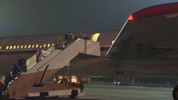 Борт с эвакуированными из Йемена россиянами прибыл в РФ. Кадры с аэродрома - Sputnik Абхазия