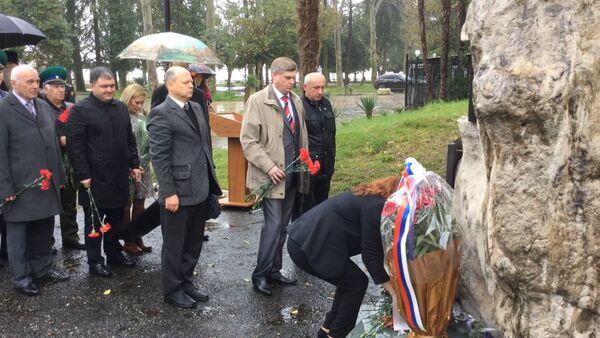 В день гибели Квитко были возложены цветы к мемориалу погибшим пограничникам - Sputnik Абхазия