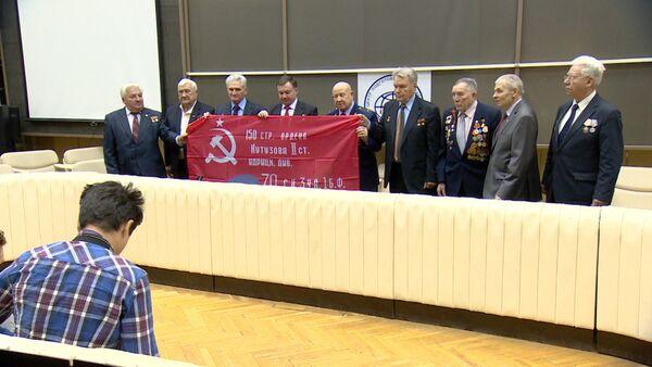 Ветераны вручили космонавтам знамя Победы, которое развернут на МКС 9 мая - Sputnik Абхазия