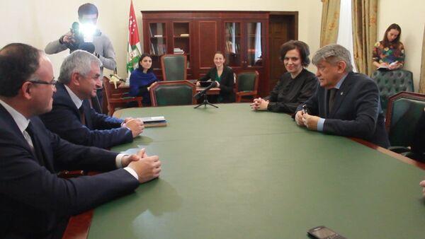 Президент Абхазии Рауль Хаджимба встретился с российским режиссером Александром Сокуровым - Sputnik Абхазия
