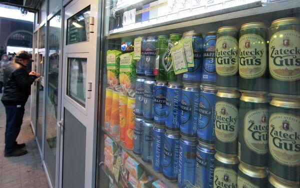 Продажа пива в торговых палатках. Архивное фото. - Sputnik Абхазия