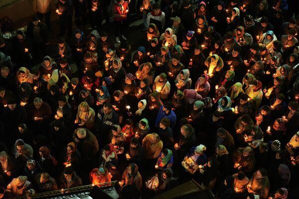 Православные христиане во время крестного хода у Сухумского кафедрального собора Благовещения Пресвятой Богородицы. 12 апреля 2015 г. - Sputnik Абхазия