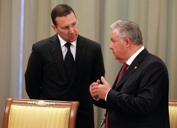 Министр регионального развития РФ Олег Говорун (слева). Архивное фото. - Sputnik Абхазия