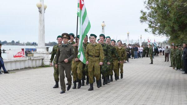 Столичные школьники  показали выправку и чеканный шаг - Sputnik Абхазия