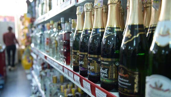 Алкогольная продукция на прилавке магазина. - Sputnik Абхазия