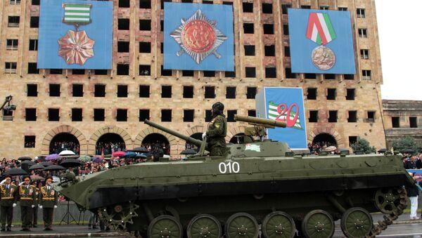 Парад в честь 20-летия Победы в Сухуме. Архивное фото. - Sputnik Абхазия