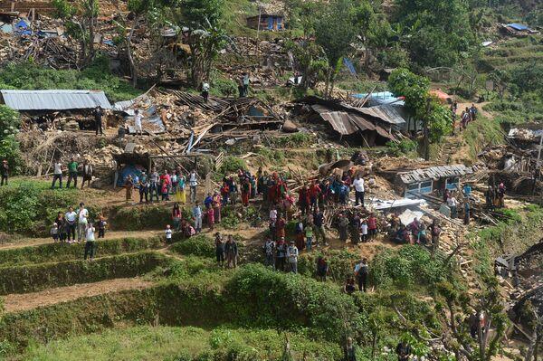 Непальские жители у своих домов, разрушенных в результате землетрясения. - Sputnik Абхазия