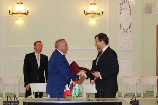 Глава Удмуртии Александр Соловьев и вице-премьер Абхазии Дмитрий Сериков - Sputnik Абхазия