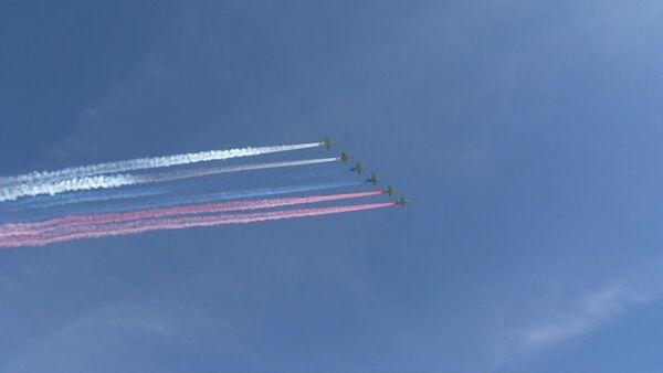 Самолеты окрасили небо в цвета триколора на репетиции парада Победы в Москве - Sputnik Абхазия