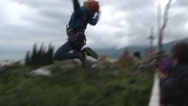 Молодые экстремалы из России совершили прыжки с гагрского моста - Sputnik Абхазия