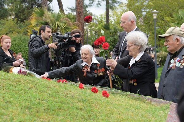 Возложение цветов к Мемориалу Славы в День Победы 9 мая, в Сухуме - Sputnik Абхазия