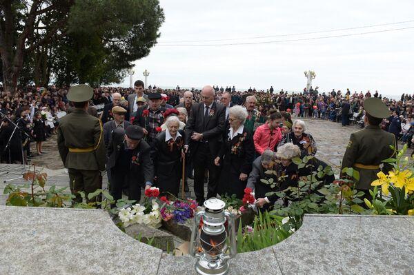У памятника Неизвестному Солдату состоялись возложение цветов и митинг - Sputnik Абхазия