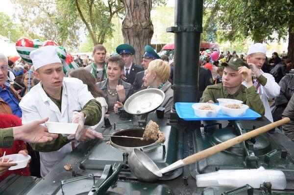 Солдатскую кашу отведали ветераны ВОВ и участники торжеств Дня Победы - Sputnik Абхазия