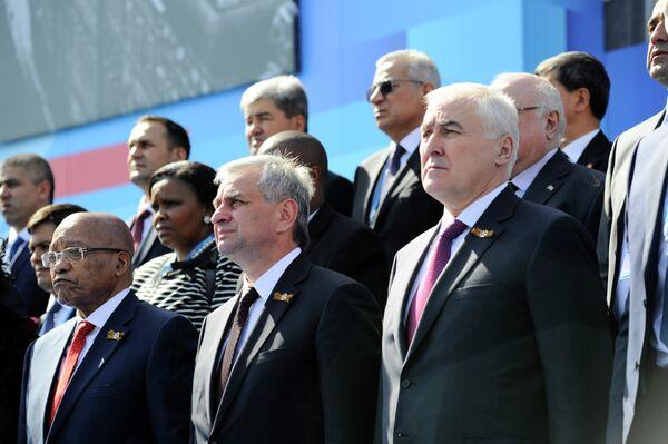 Президент Южной Осетии Леонид Тибилов, президент Абхазии Рауль Хаджимба и президент Южно-Африканской Республики Джейкоб Зума (справа налево на первом плане) во время военного парада в ознаменование 70-летия Победы в ВОВ. - Sputnik Абхазия