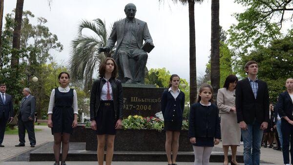 Возложение к памятнику Б.Шинкуба - Sputnik Абхазия