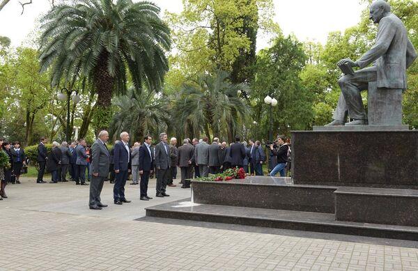 Возложение к памятнику Б.Шинкуба. Фото с места события. - Sputnik Абхазия