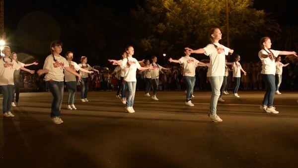 Сухумские школьники в День Победы исполнили массовый танец на площади - Sputnik Абхазия