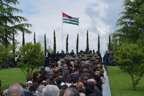 Возложение к мемориалу В.Г. Ардзинба в Эшере. Фото с места события. - Sputnik Абхазия