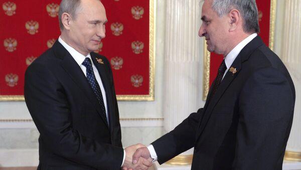 Президент России Владимир Путин и президент Абхазии Рауль Хаджимба. Архивное фото. - Sputnik Абхазия