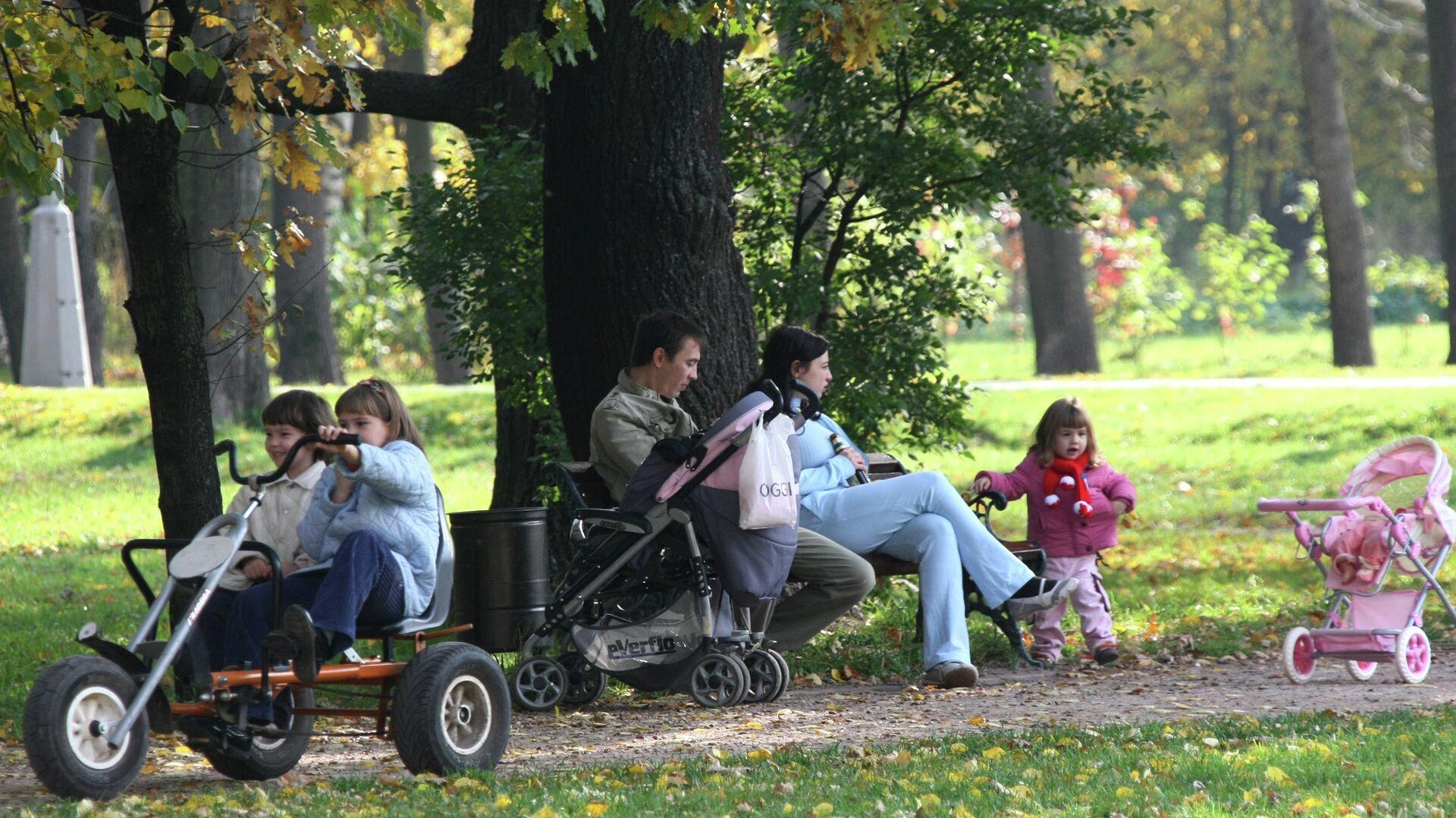 Родители с детьми гуляют в парке - Sputnik Аҧсны, 1920, 12.09.2021