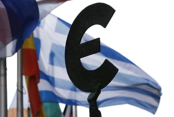 Греческий флаг развевается на фоне парламента ЕС в Брюсселе. Архивное фото. - Sputnik Абхазия
