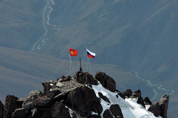 Государственные флаги Киргизии и Россиии на вершине 4446 метров. Архивное фото. - Sputnik Абхазия