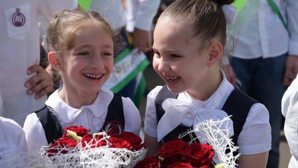 Для выпускников прозвенел последний школьный звонок - Sputnik Абхазия