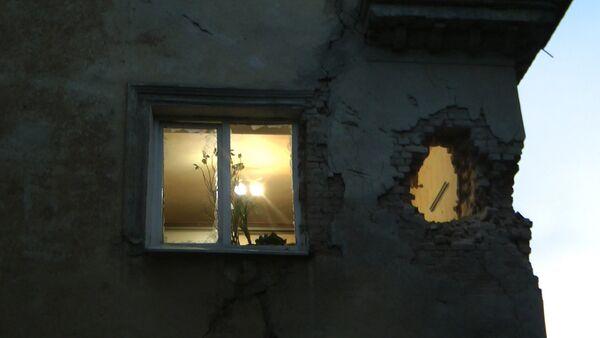 Ночной обстрел Донецка: дыра в стене дома и застрявший в асфальте снаряд - Sputnik Абхазия