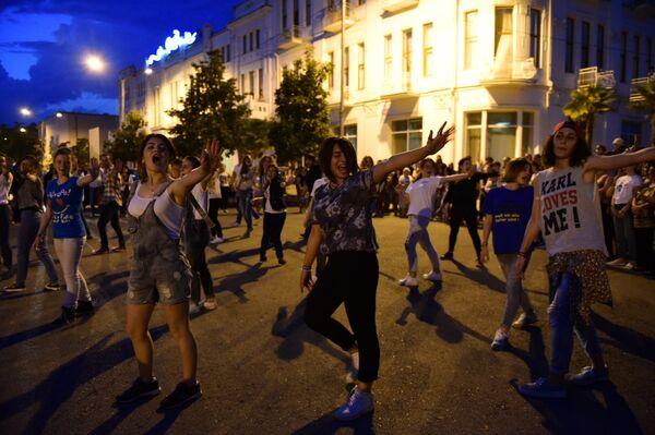 Танцевальный флешмоб прошел на Сухумской набережной - Sputnik Абхазия