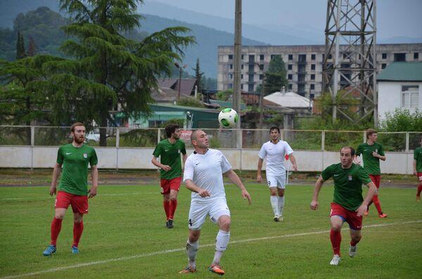 Показательный матч двух составов сборно Абхазии по футболу - Sputnik Абхазия