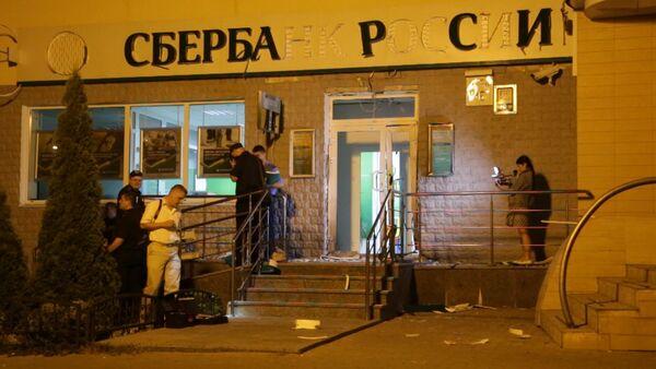 Осколки и буквы вывески на асфальте: последствия взрыва у Сбербанка в Киеве - Sputnik Абхазия