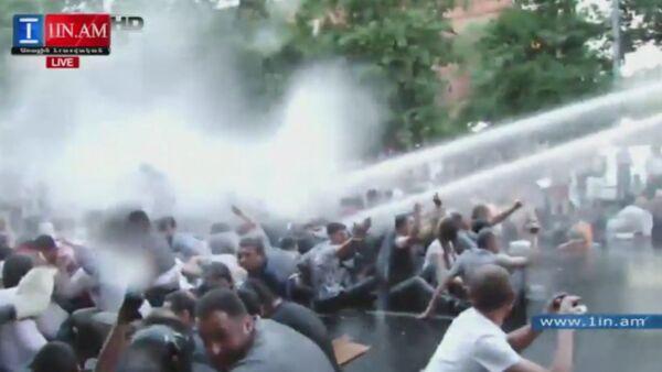 Полиция Еревана водометами разгоняла несогласных с ростом цен на электричество - Sputnik Абхазия