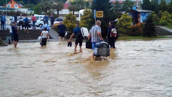 Пассажиры по колено в воде несли багаж из затопленного аэропорта Сочи - Sputnik Абхазия