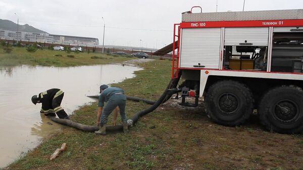 Спасатели с помощью пожарных насосов откачивали воду с затопленных улиц Сочи - Sputnik Абхазия