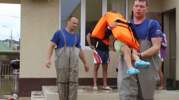 Спасатели в Сочи выносили детей из затопленных домов и увозили на лодках - Sputnik Абхазия