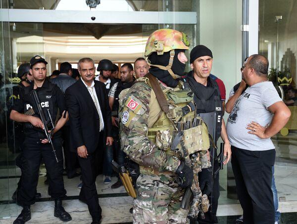 Тунисская полиция перед Imperial Hotel в городе Сусс. 26 июня 2015. - Sputnik Абхазия