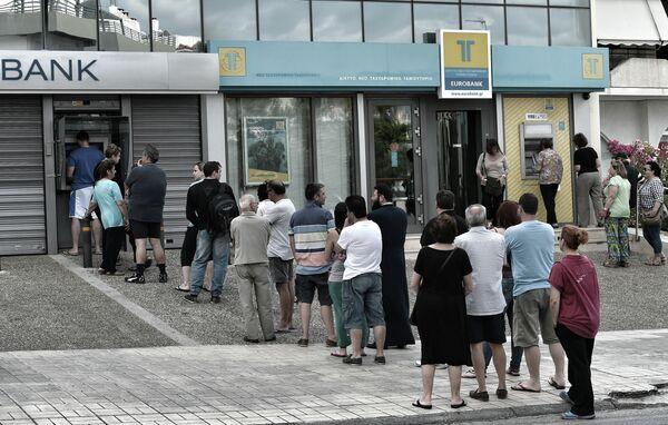 Люди стоят в очереди к банкомату для снятия наличных в Афинах 27 июня 2015 года. - Sputnik Абхазия