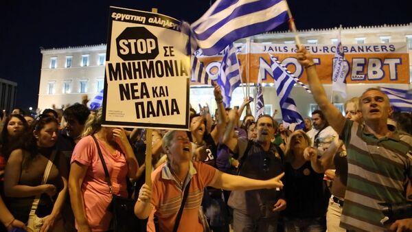 Греки пели и размахивали флагами на митинге против требований кредиторов - Sputnik Абхазия
