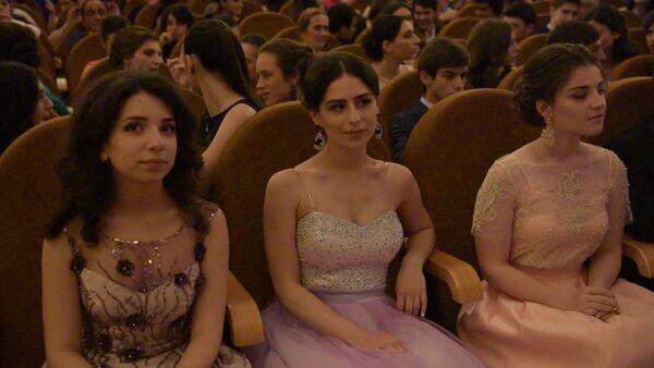 Министр образования лично вручил школьные аттестаты лучшим выпускникам - Sputnik Абхазия