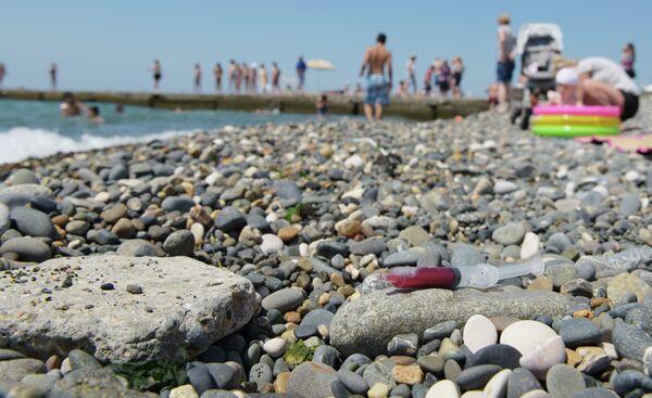 Шприц на пляже Сухума. - Sputnik Абхазия