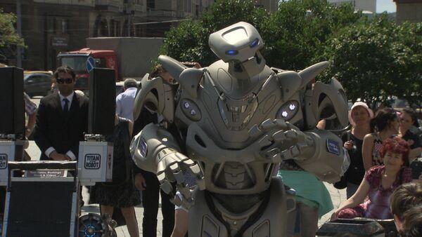 Какая боль! - робот Титан спел хит группы Чайф у Большого театра - Sputnik Абхазия