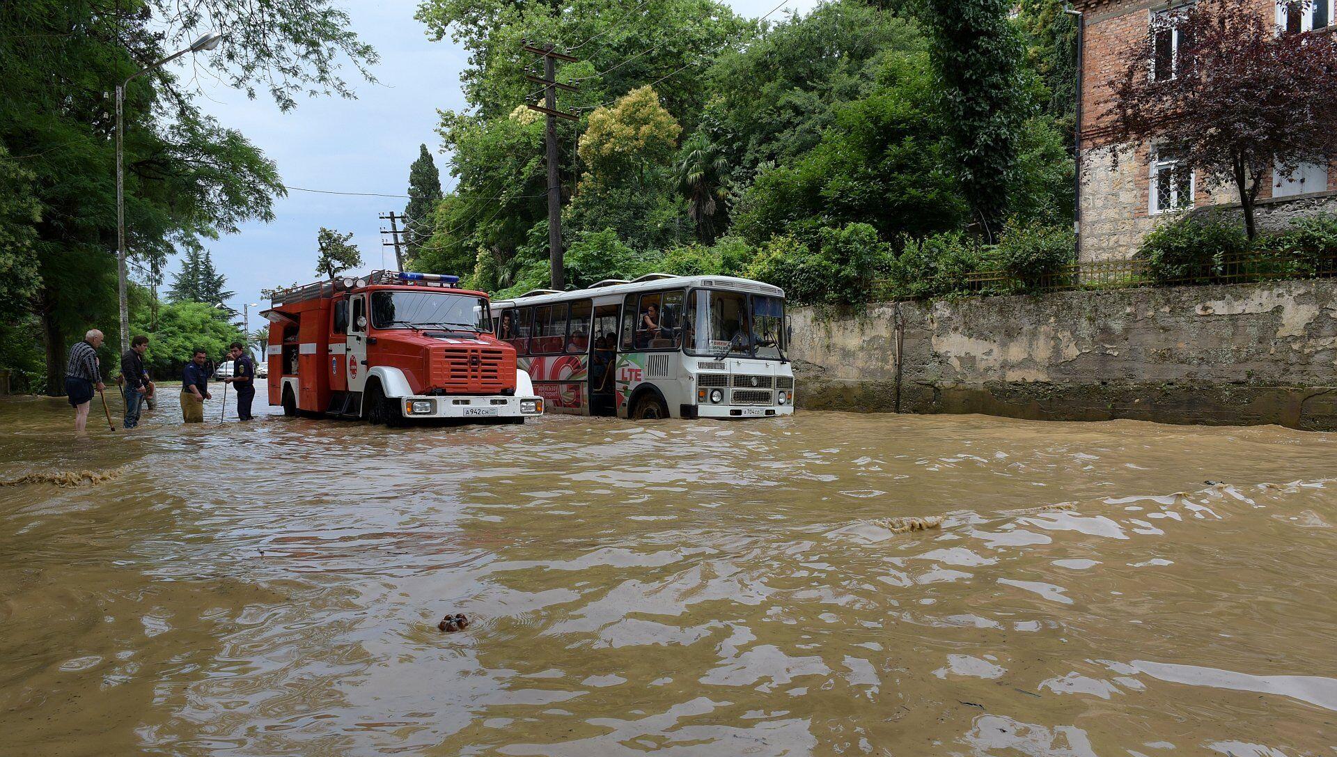 Вышедшие из берегов реки затопили улицы Сухума - Sputnik Абхазия, 1920, 27.07.2021